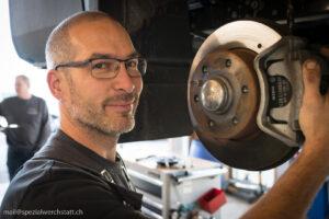Unser Mitarbeiter bei der Arbeit in der Autowerkstatt Kunz Hittnau